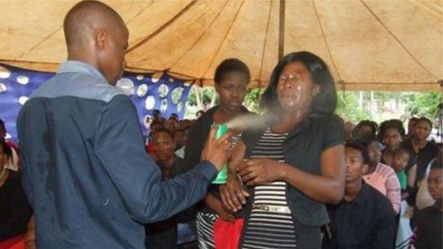 Le pasteur Lethebo Rabalago n'a pas hésité à asperger de l'insecticide sur ses fidèles dans le cadre d'un rituel de guérison.