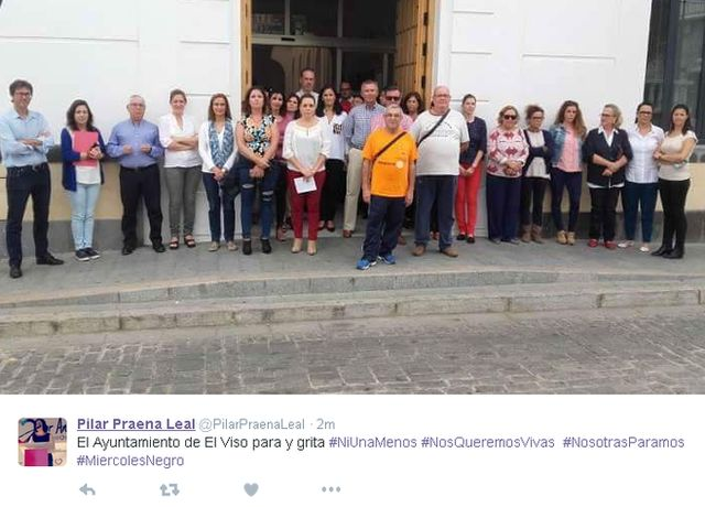 Tweet in Spanish with picture of 25 people - men and women - outside a building