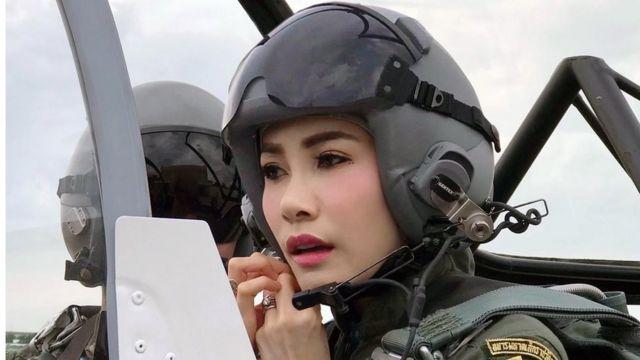詩妮娜·披拉薩甘婭妮(Sineenat Wongvajirapakdi)是一名受過專業訓練的飛行員,她在今年7月被冊封為泰國貴妃