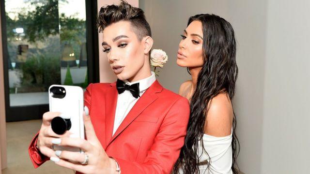 Džejms Čarls (na slici sa Kim Kardašijan) poznat je po postovima o šminki i nezi lepote