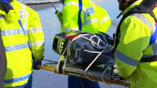 Policija nosi motor za čamce