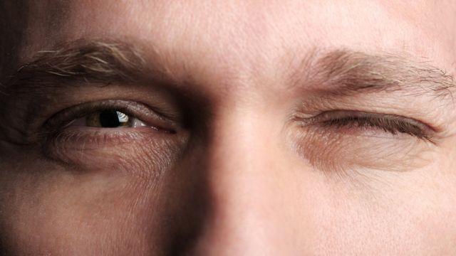 Dos ojos, uno abierto y otro cerrado