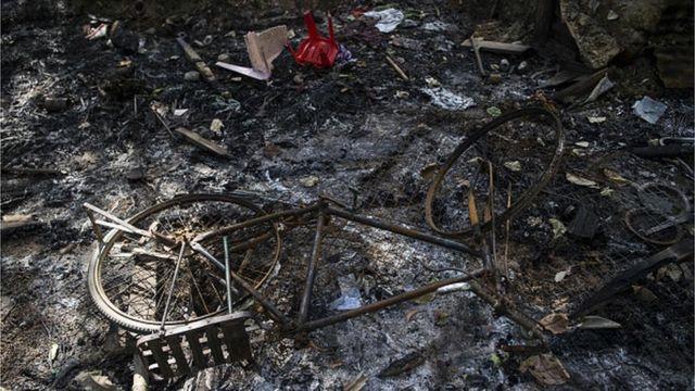 หมู่บ้านและข้าวของของชาวโรฮิงญาถูกเผาเสียหายที่เมืองหม่องดอว์ รัฐยะไข่ในความรุนแรงปีที่แล้ว