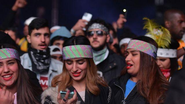 فتيات و شباب خلال إحدى فعاليات المهرجان