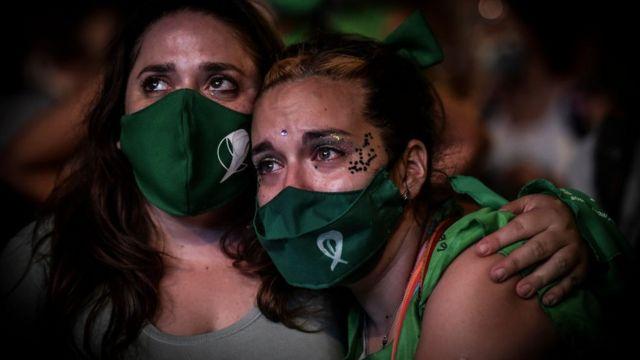 Manifestantes pro aborto festejando.