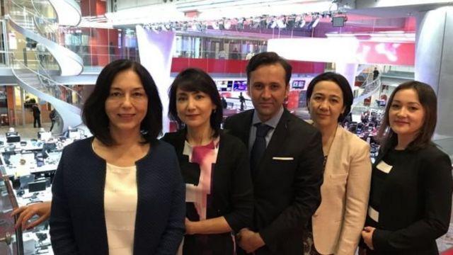 دلارام ابراهیموا (چپ)، سردبیر بخش ازبکی بیبیسی