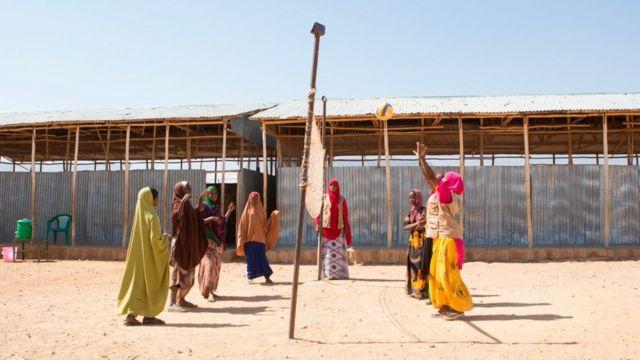 فتيات يلعبن الكرة الطائرة في مخيم للاجئين بالمنطقة الصومالية بإثيوبيا