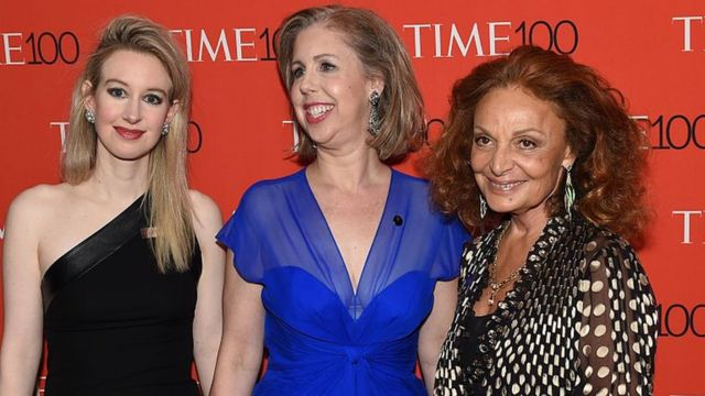 Holmes junto a Nancy Gibbs, exdirectora de la revista Times y a la diseñadora de moda Diane von Furstenberg.