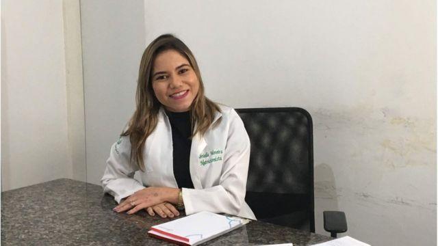 Gabriela com jaleco de nutricionista