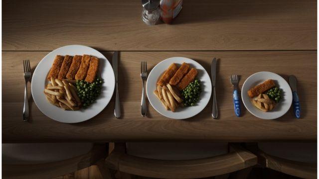 três pratos de tamanhos diferentes