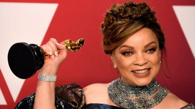 Ruth E. Carter, la première personne noire à être récompensée de l'Oscar du meilleur costume.