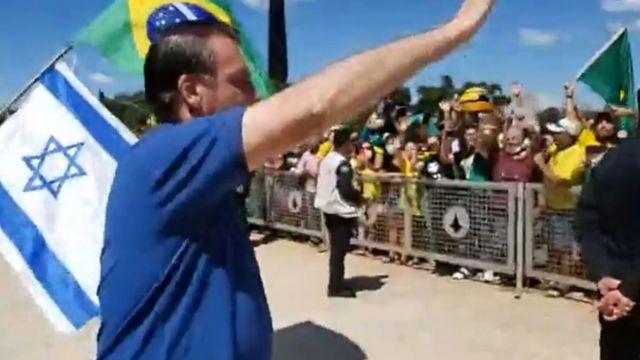 Bolsonaro acompanhando manifestação neste domingo