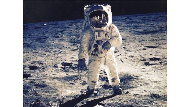 Teori konspirasi yang terkenal adalah tentang pendaratan Apollo di Bulan antara 1969 sampai 1972 dan foto asli NASA yang diyakini sebagian orang adalah foto palsu.