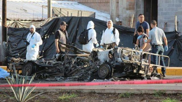 Forenses trabajan en la escena de la emboscada.