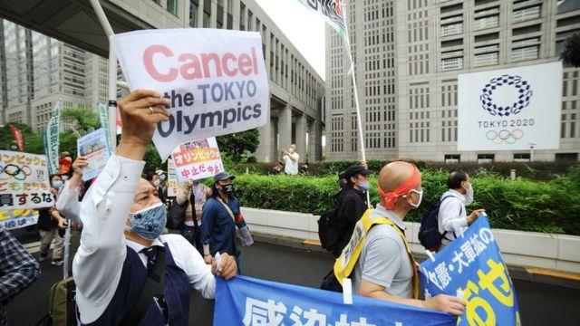 La gente organiza una manifestación contra los Juegos Olímpicos de Tokio frente al Gobierno Metropolitano de Tokio