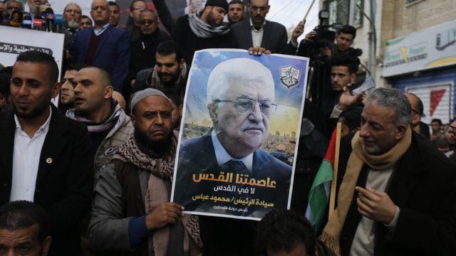 رجال يحملون صورة الرئيس الفلسطيني