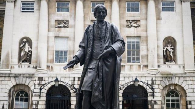 Памятник работорговцу Томасу Гаю стоит