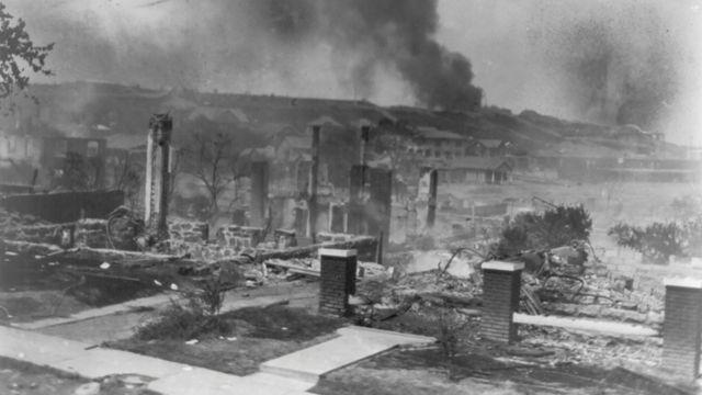 Edificios ardiendo en Tulsa, Oklahoma, en 1921