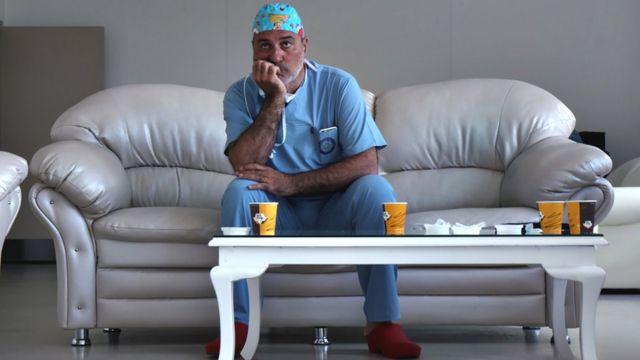 Paolo Macchiarini en un sofá