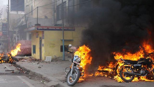 जगह- लखनऊ, जहां प्रदर्शनकारियों ने बाइकों को आग लगा दी