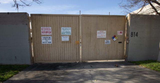 A fachada das instalações de extração de petróleo da AllenCo no bairro onde Nalleli Cobo cresceu, no centro-sul de Los Angeles