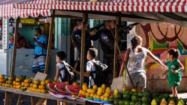 Crianças na favela
