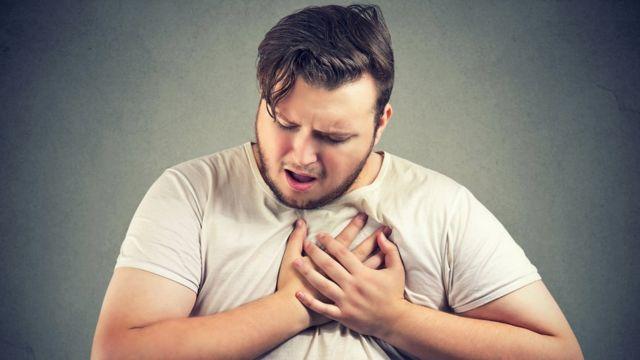 Un actor simulando un ataque al corazón.