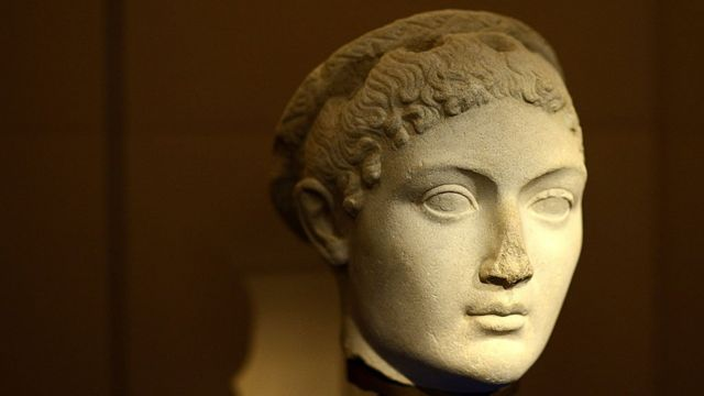 A cabeça de uma estátua representando Cleópatra (69 a.C-30 a.C)