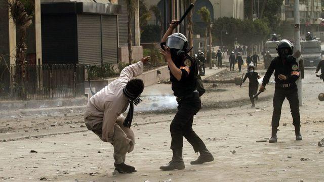قوات الشرطة المصرية في مواجهة مع محتجين في القاهرة