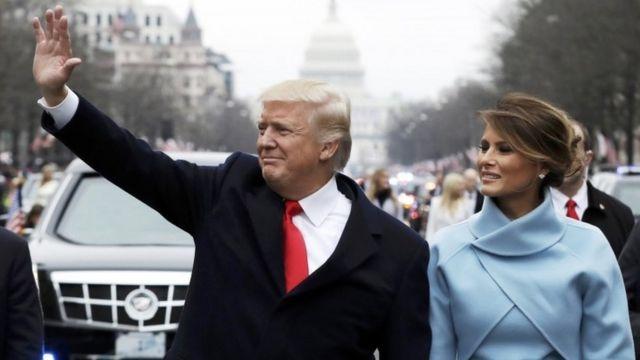 就任式を終え、議事堂前からペンシルベニア通りをホワイトハウスへ歩くトランプ新米大統領とメラニア夫人