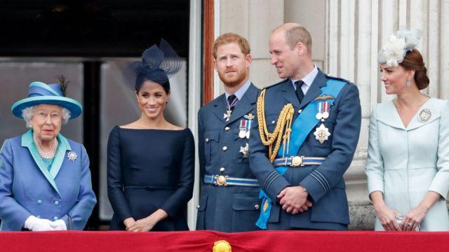 La reina Isabel II, Meghan, duquesa de Sussex, el príncipe Harry, el duque de Sussex, el príncipe Guillermo, el duque de Cambridge y Catalina, duquesa de Cambridge miran un vuelo para conmemorar el centenario de la Royal Air Force desde el balcón del Palacio de Buckingham el 10 de julio. , 2018