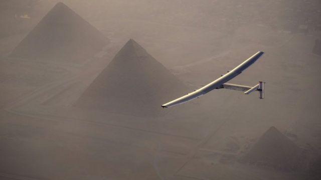 Андре Боршберг облетает пирамиды в Египте