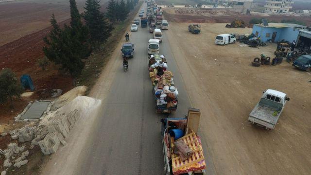 Reuters ve AFP haber ajansları İdlib'in güneyindeki köylerden yaşanan kaçışı görüntüled