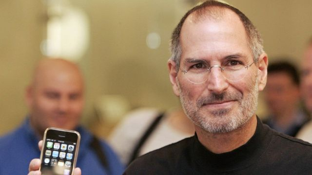 Steve Jobs com iPhone em 2007