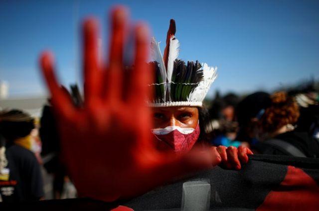Indígena protesta contra Bolsonaro em Brasília