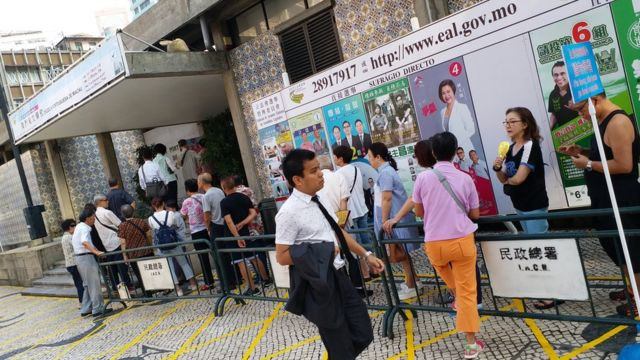 澳門選民在票站外排隊等候投票