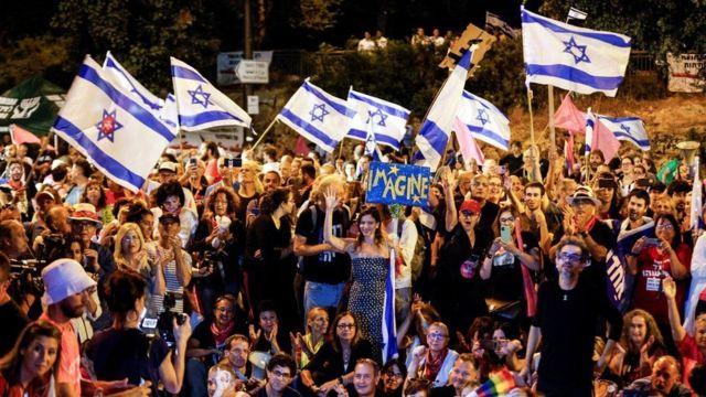 Manifestantes anti-Netanyahu frente al parlamento para que Jerusalén vote (13 de junio)