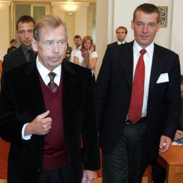 Tổng thống Vaclav Havel lúc sinh thời (trái) và nhà lãnh đạo của People in Need, ông Simon Panek năm 2004