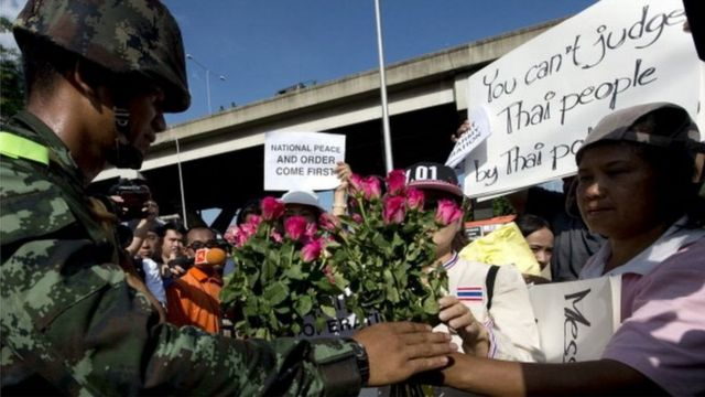 ประชาชนให้กำลังใจทหารบริเวณหน้าสโมสรกองทัพบก ภายหลัง พล.อ.ประยุทธ์ จันทร์โอชา ประกาศยึดอำนาจเมื่อวันที่ 22 พ.ค. 2557