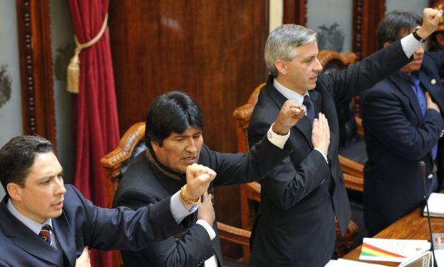 Evo Morales entona el himno de Bolivia