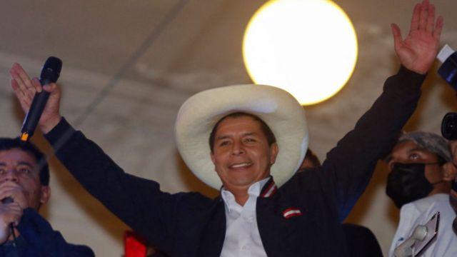 Pedro Castillo saluda desde un balcón