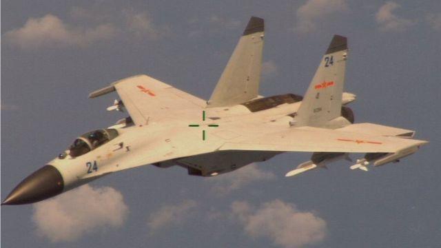 Un avión de combate chino, Shenyang J-11B, visto desde un avión de vigilancia de EE.UU.