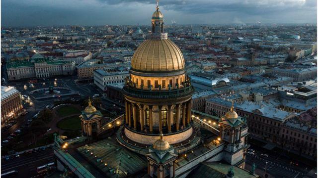 Собор у Санкт-Петербургу та вид на місто згори