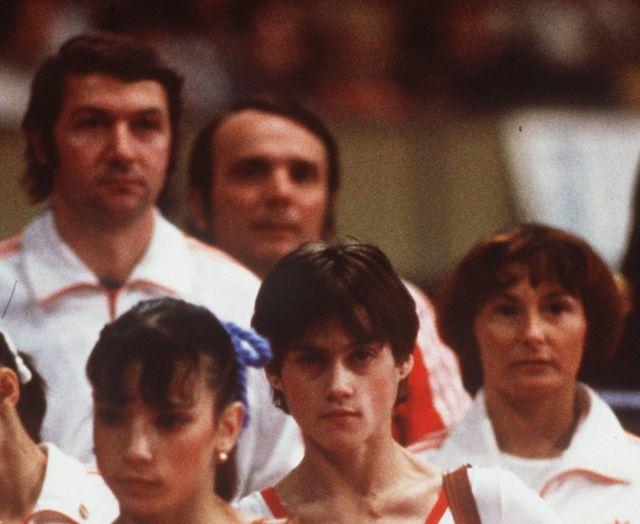 Béla Károlyi (al fondo a la izquierda) era el entrenador de Nadia Comaneci (segunda por la derecha) cuando ésta logró una puntución de 10 en Montreal 1976.