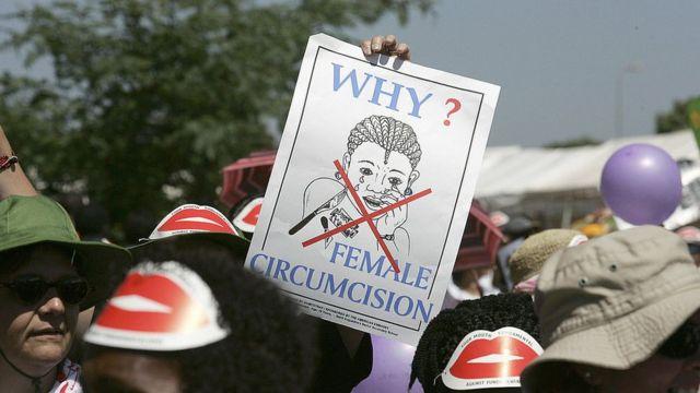Protesta contra la mutilación genital femenina