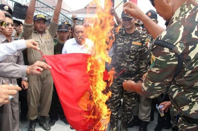 Members of Banser, an organization under Nahdlatul Ulama, burned flags of sickle hammers in Blitar, East Java, September 2015. Banser is referred to as the 'group that executes the communist group'.