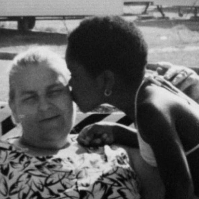 Gina Atinuke Knight e sua mãe adotiva