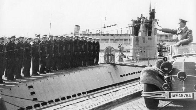 Hitler frente a un submarino nazi.