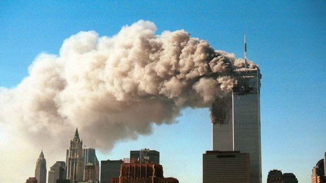 Горящие башни Всемирного торгового центра в Нью-Йорке 11 сентября 2001 года