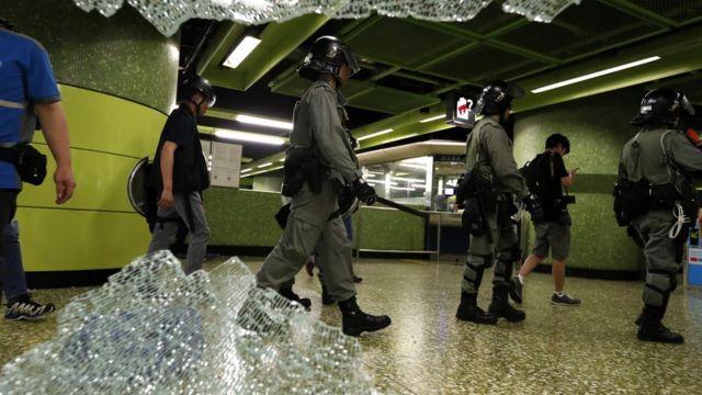 示威者破坏地铁站。